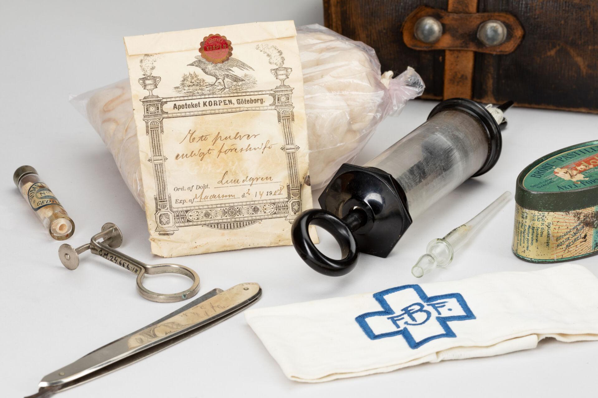 Barnmorskeverktyg tidigt 1900-ta. Pincett, spruta, medicinpåse.