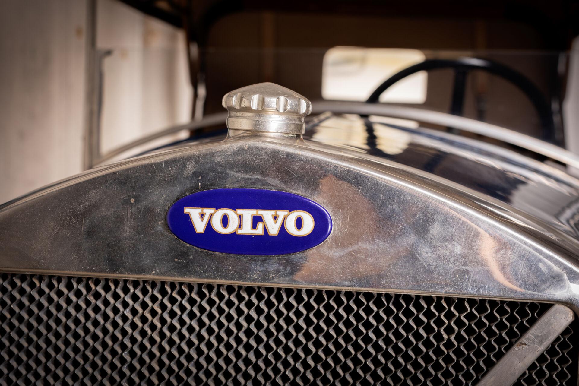 Bil framifrån med fokus på Volvologga
