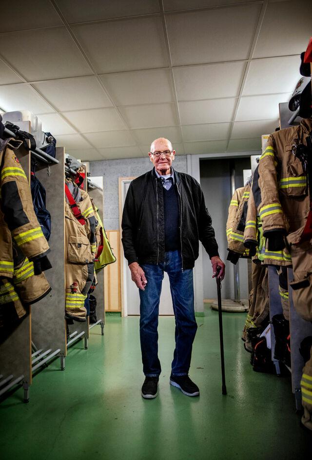 Brandmannen William står i stationens omklädningsrum.