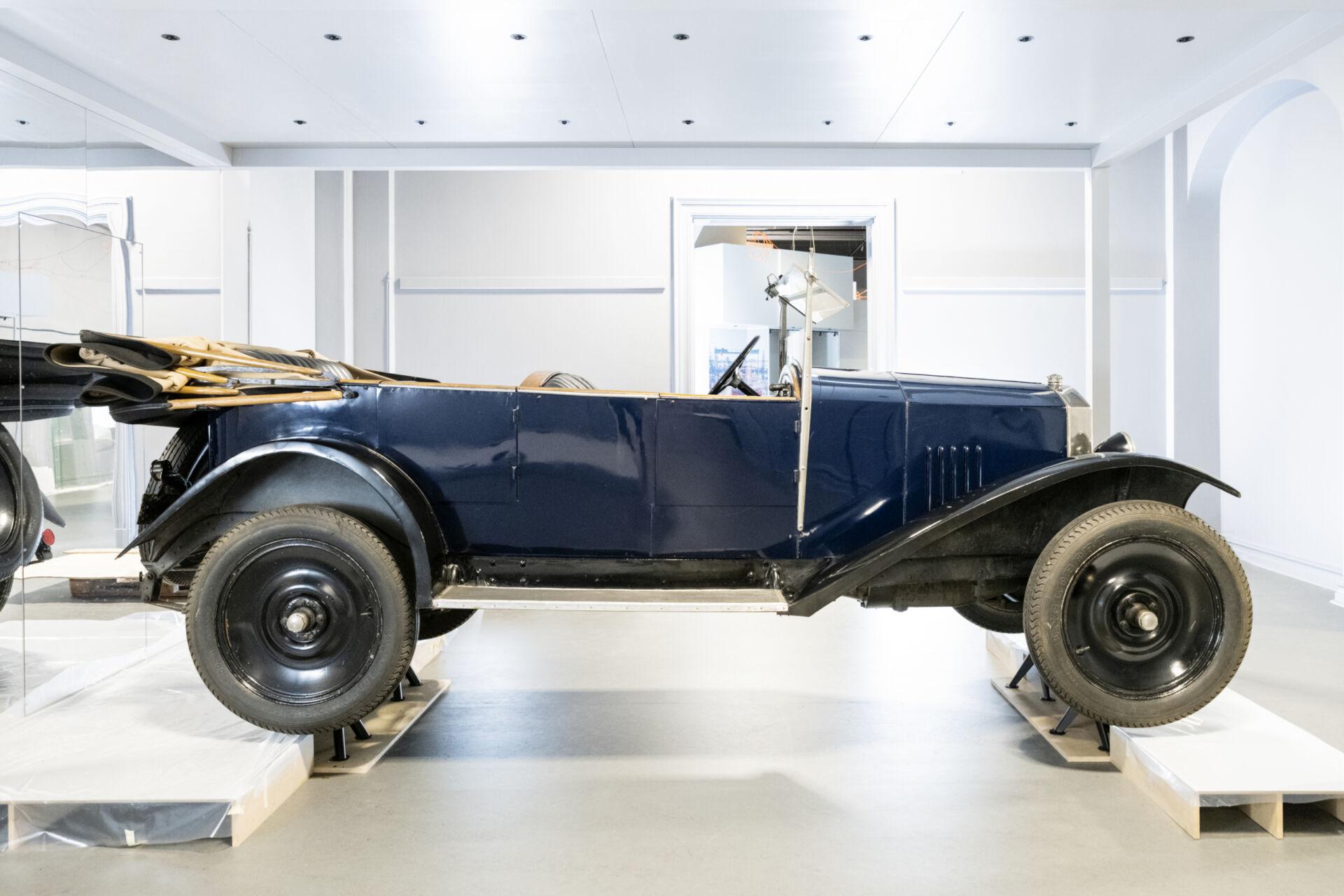 Volvo från 1926, blå kaross, nedfällt tak i utställningsrummet