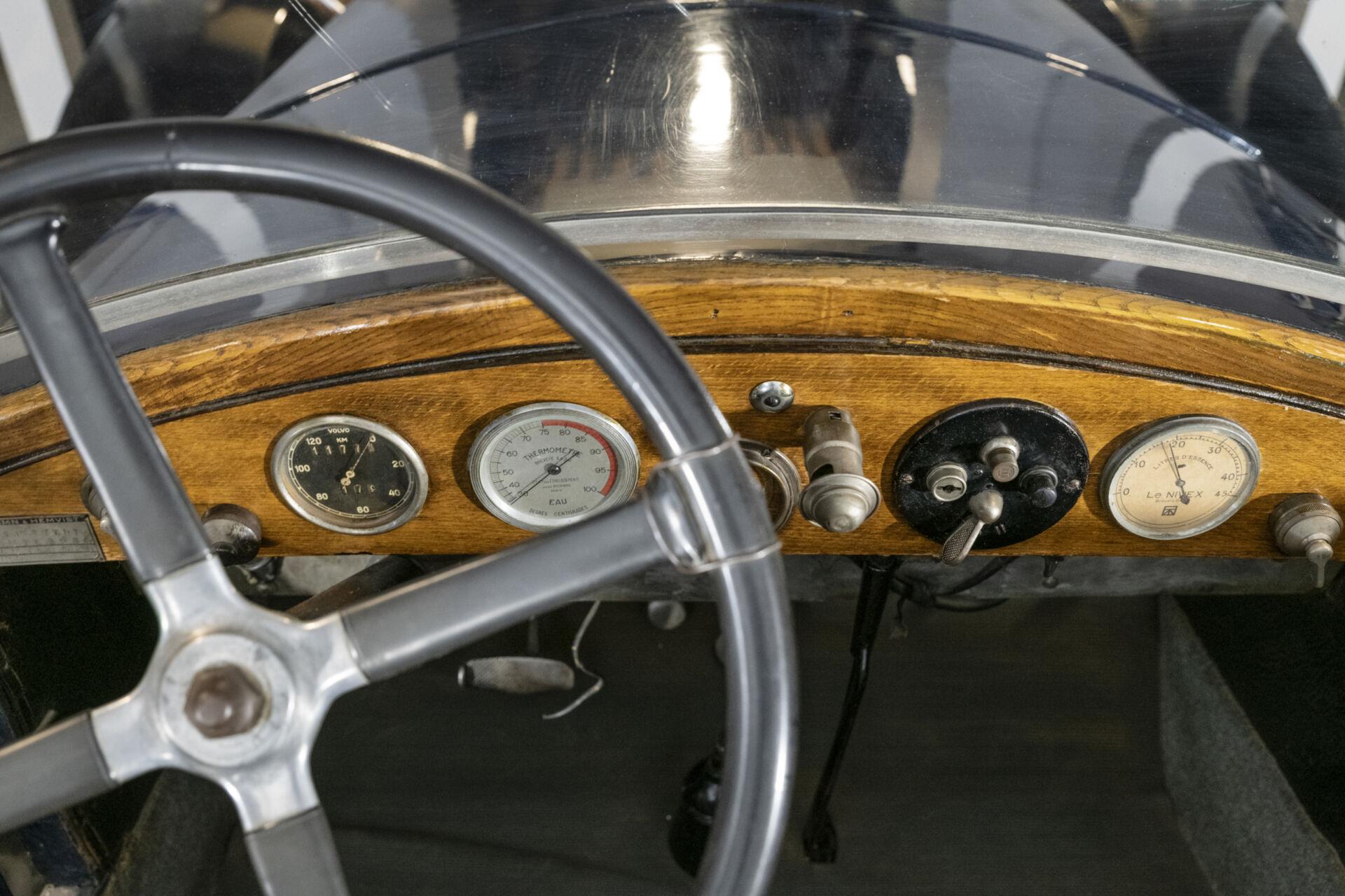 Närbild ratten och instrumentbräda i trä