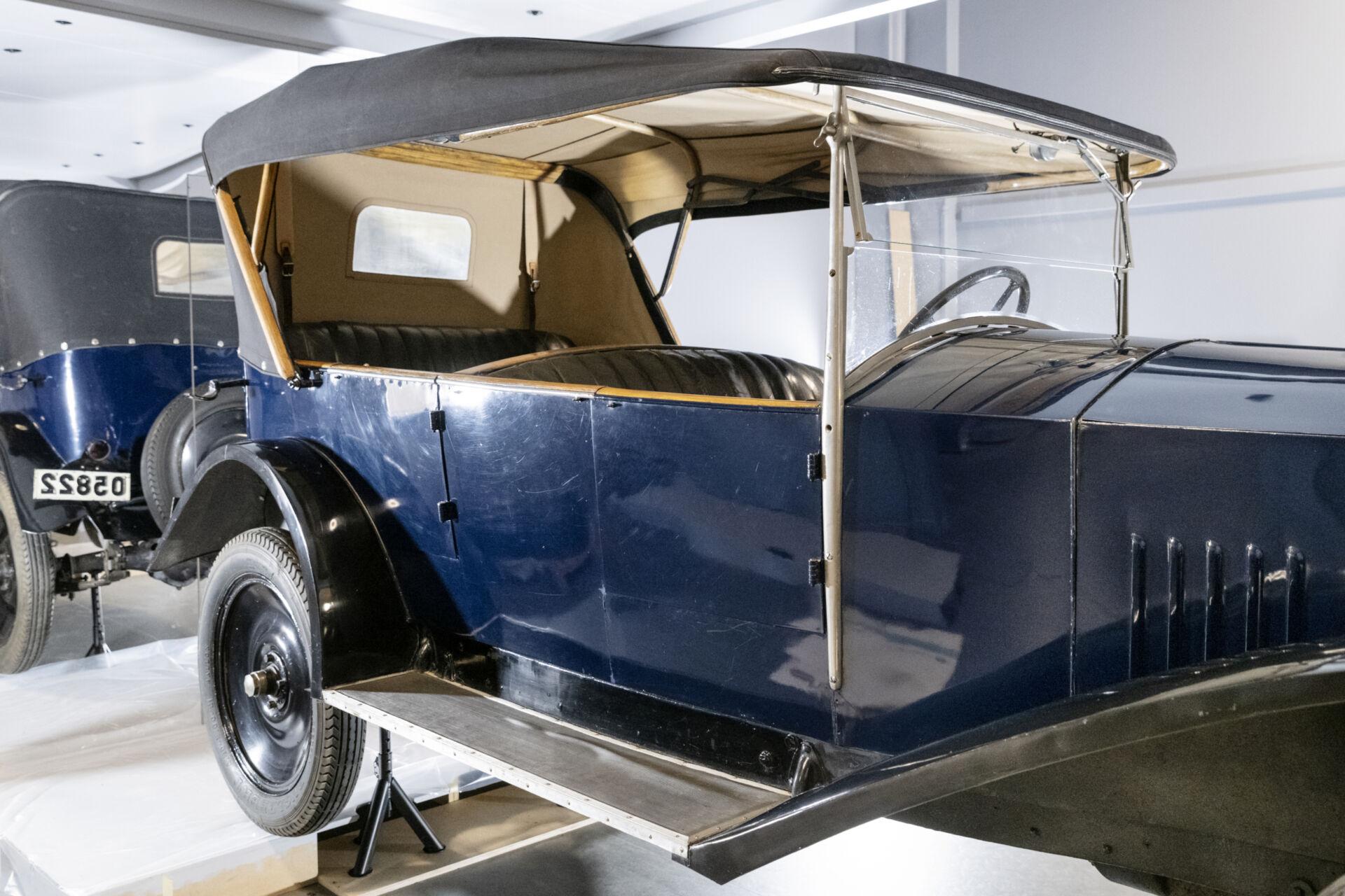 Volvo med blå kaross och uppfällt tak