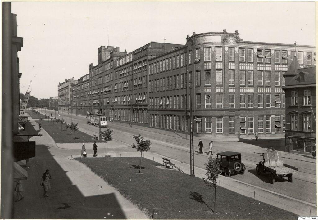 Svartvit påsiktsbild av SKF fabriker på 1930-talet. En stor byggnad i tegel.
