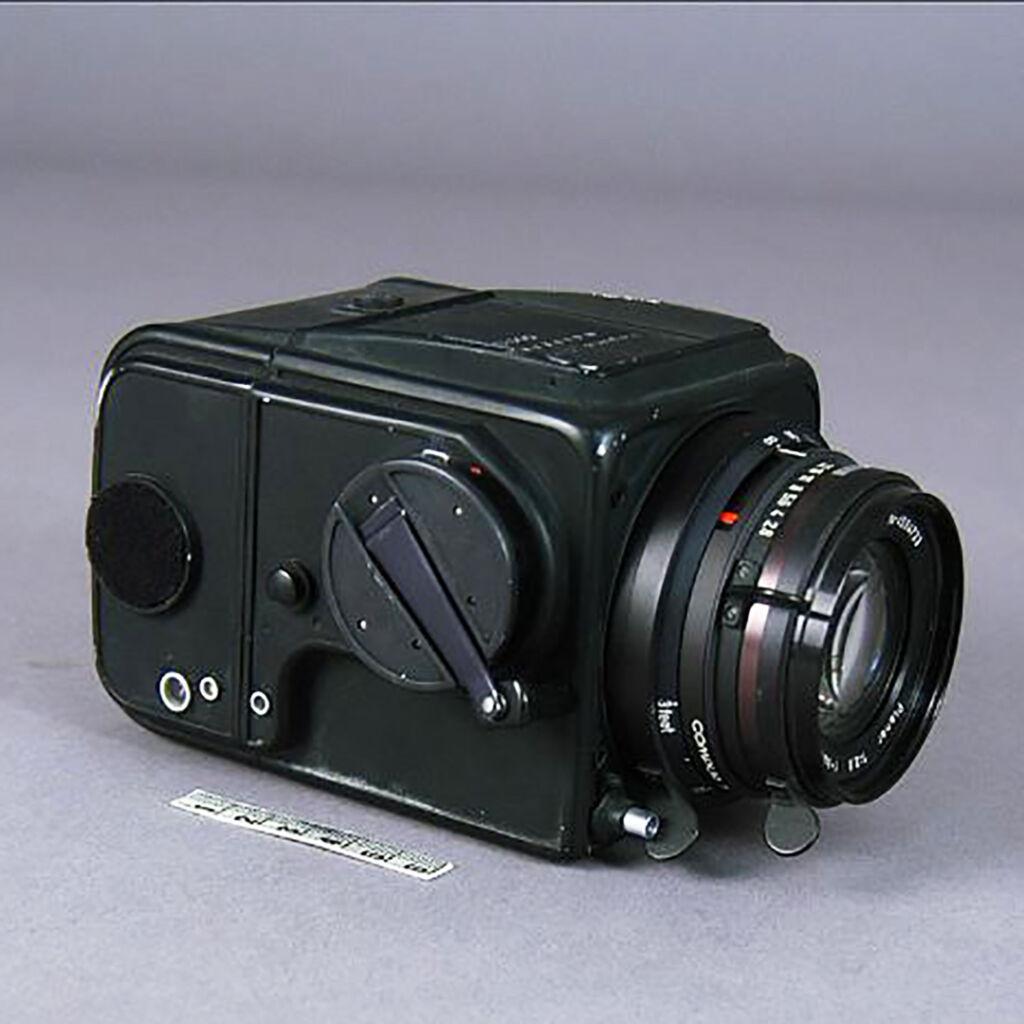 En svart handkamera av märket Hasselblad